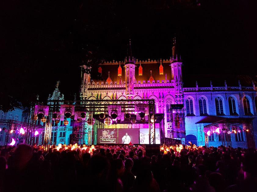 Brügge. Open Air Disco auf dem Burgplatz vor dem Rathaus
