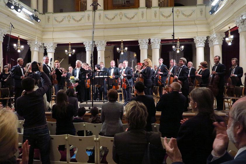 Applaus nach dem Konzert für eine hervorragende musikalische Leistung