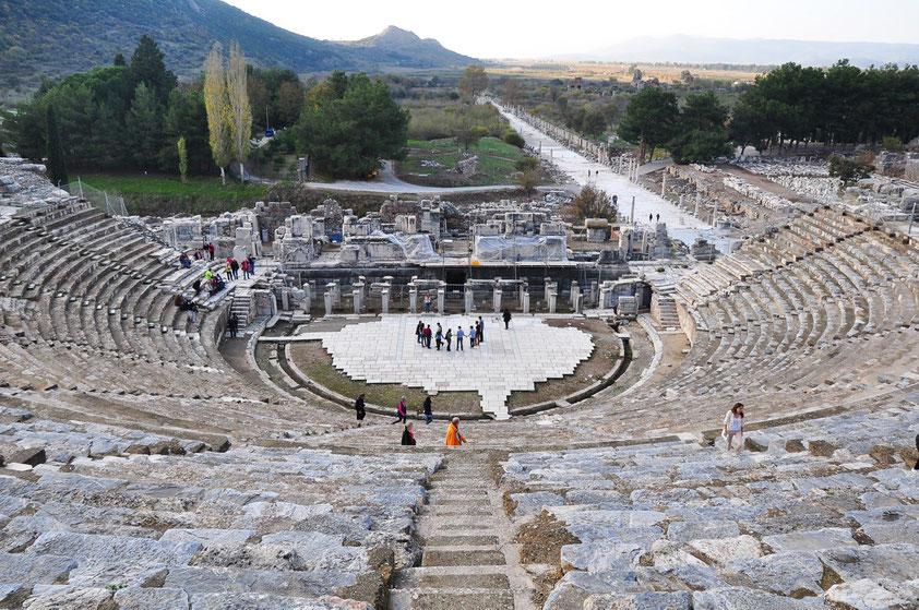 Großes Theater von Ephesos. Es gehört zu den größten Theaterbauten der Antike und bot in der letzten Ausbauphase gut 25 000 Zuschauern Platz. Blick auf die Hafenstraße