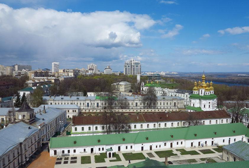 Blick vom Glockenturm nach N auf die Klostergebäude und die Allerheiligenkirche (rechts). Im Hintergrund das Hotel Salute