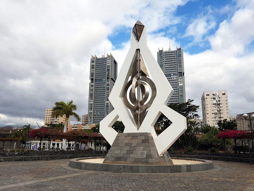 Santa Cruz de Tenerife. Windspiel-Skulptur von César Manrique neben dem Auditorio de Tenerife, dahinter Las Torres, moderne Wohn- und Geschäftstürme