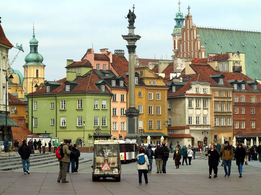 Blick auf die Warschauer Altstadt mit der Sigismundssäule. Die barocke Säule wurde im Jahr 1644 von König Władysław IV. Wasa zur Erinnerung an seinen Vater Sigismund errichtet, der Warschau 1596 zur Hauptstadt erklärt hatte.
