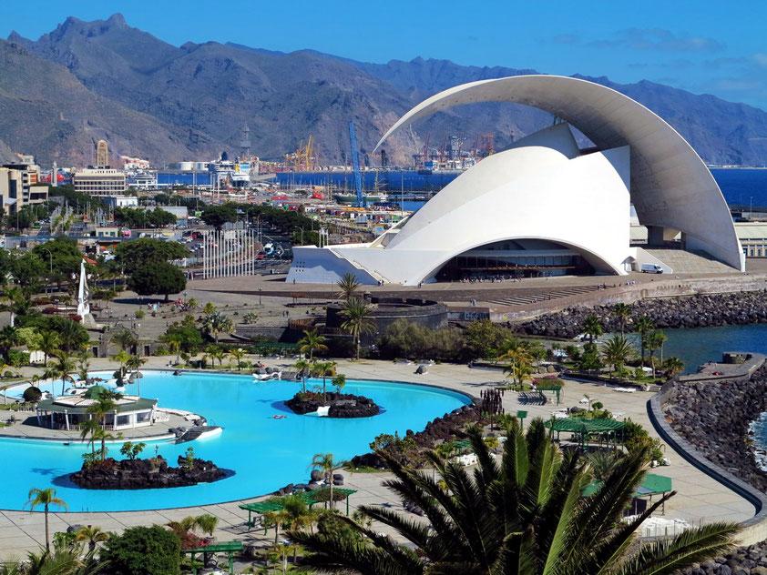 Santa Cruz de Tenerife. Blick vom Palmetum auf das Auditorium de Tenerife, den Parque Marítimo César Manrique und auf den Hafen, im Hintergrund das Anaga-Gebirge