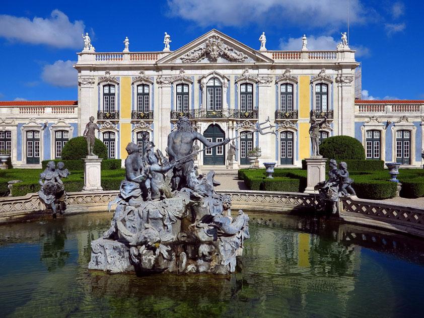 Palácio Nacional de Queluz, eine der größten Rokoko-Schlossanlagen Europas, im Vordergrund der Neptunbrunnen