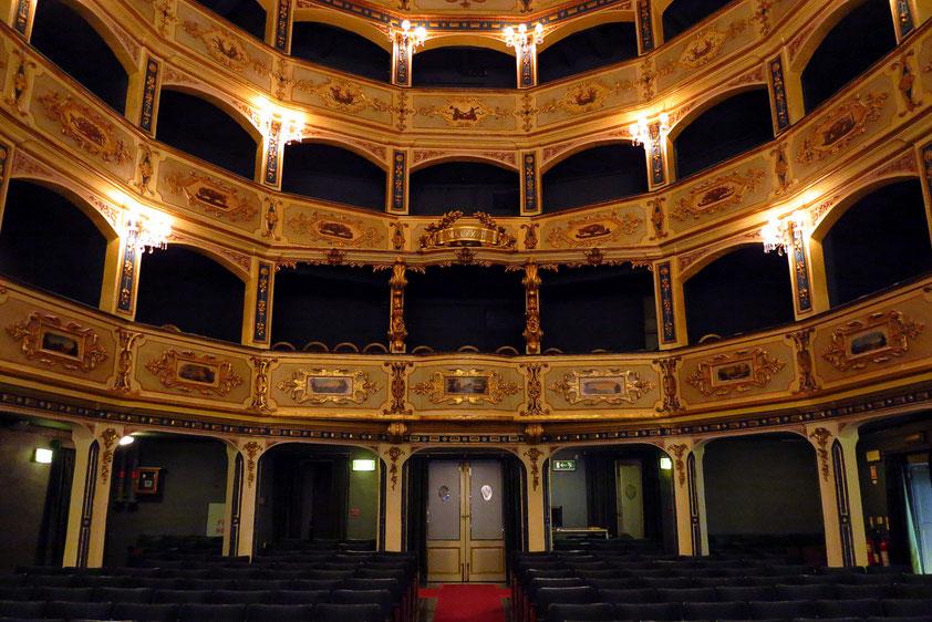 Manoel Theatre von 1732. Das vom Großmeister Antonio Manoel de Vilhena gebaute und mittlerweile zu altem Glanz restaurierte Gebäude gehört zu Europas ältesten Theatern.  Der ovale Innenraum bietet mit seinen vier Rängen 720 Personen Platz.