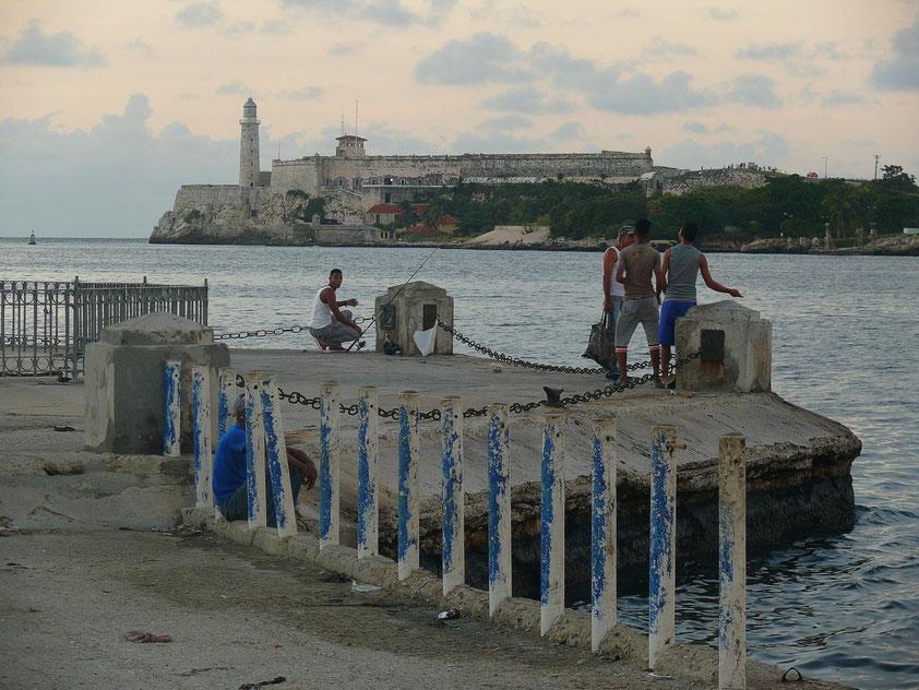 Blick vom Malecón zur Hafeneinfahrt (Canal de Entrada) und zum Castillo de los Tres Reyes del Morro, 1589