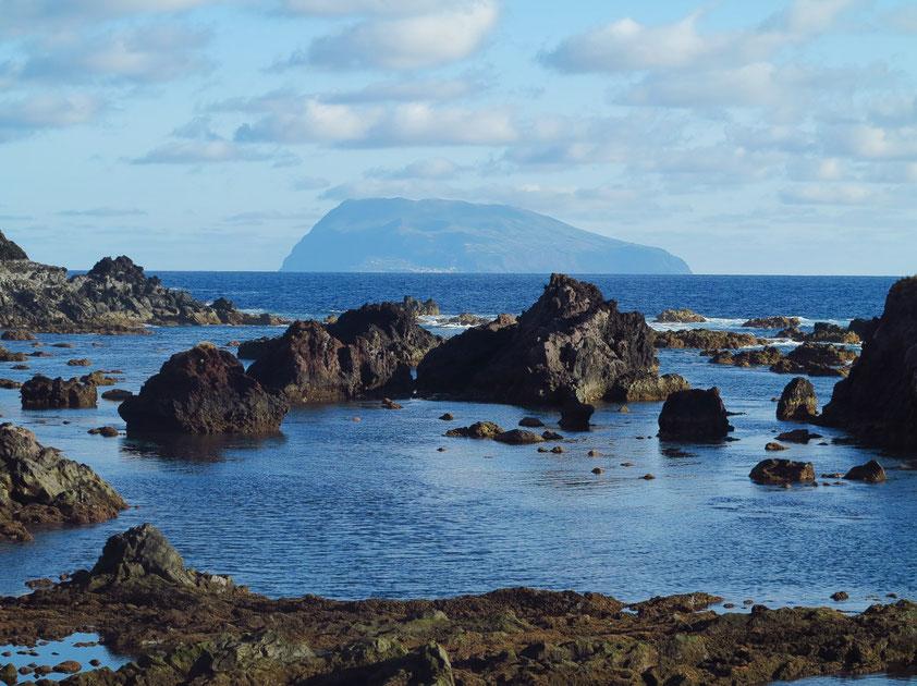 Blick von Santa Cruz das Flores nach Corvo