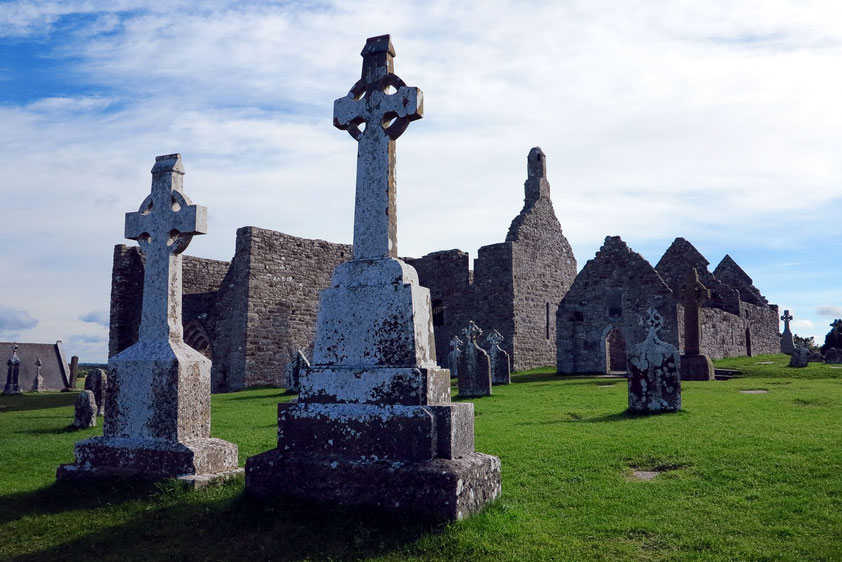 Clonmacnoise. Kathedrale (909 n. Chr.) mit zahlreichen Grabplatten und Temple Doolin