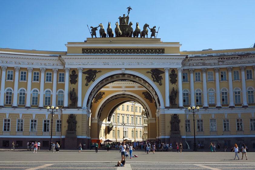 Gebäude des Generalstabs (1819–1821) mit doppeltem Triumphbogen und römischer Quadriga.