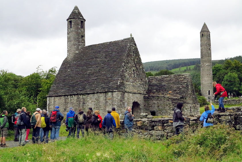 Glendalough. Die Kapelle aus dem 11. Jahrhundert erhielt wegen des an einen Kamin erinnernden Turms die Bezeichnung St. Kevin's Kitchen. Im Hintergrund der 33 m hohe Rundturm der Klosteranlage, der während der Wikingerinvasion um 1066 errichtet wurde.