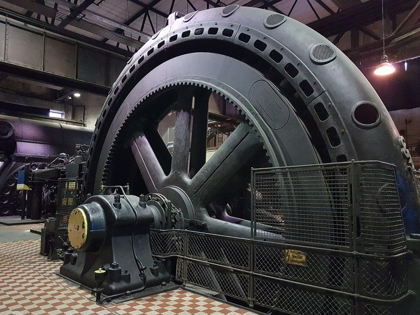 In der Gebläsehalle stehen riesige Gasmaschinen. Sie wurden mit Gichtgas angetrieben und erzeugten den Wind für die Hochöfen.