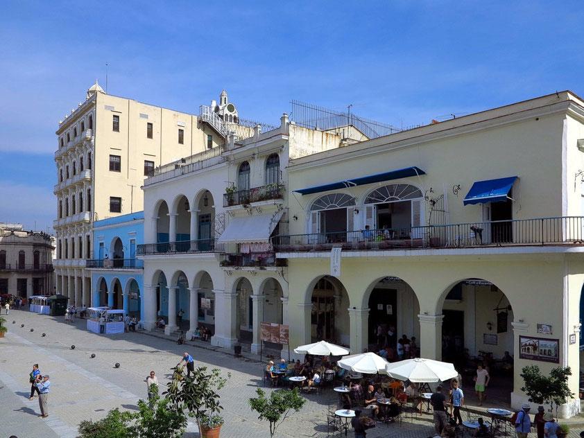 Plaza Vieja, Ostseite. Rechts Café Escorial mit kubanischen Kaffeespezialitäten