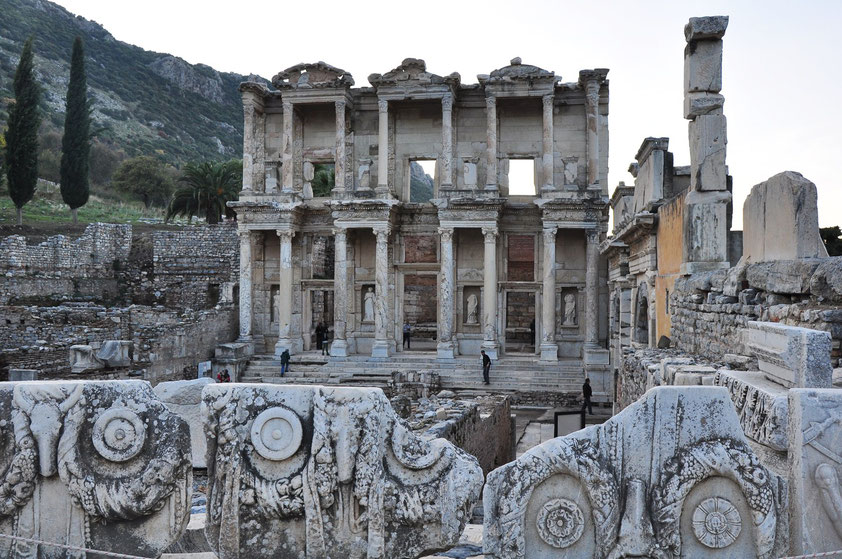 Celsus-Bibliothek, erbaut zwischen 117 und 125 n.Chr.; der Wiederaufbau der eingestürzten Fassade erfolgte von 1970 bis 1978