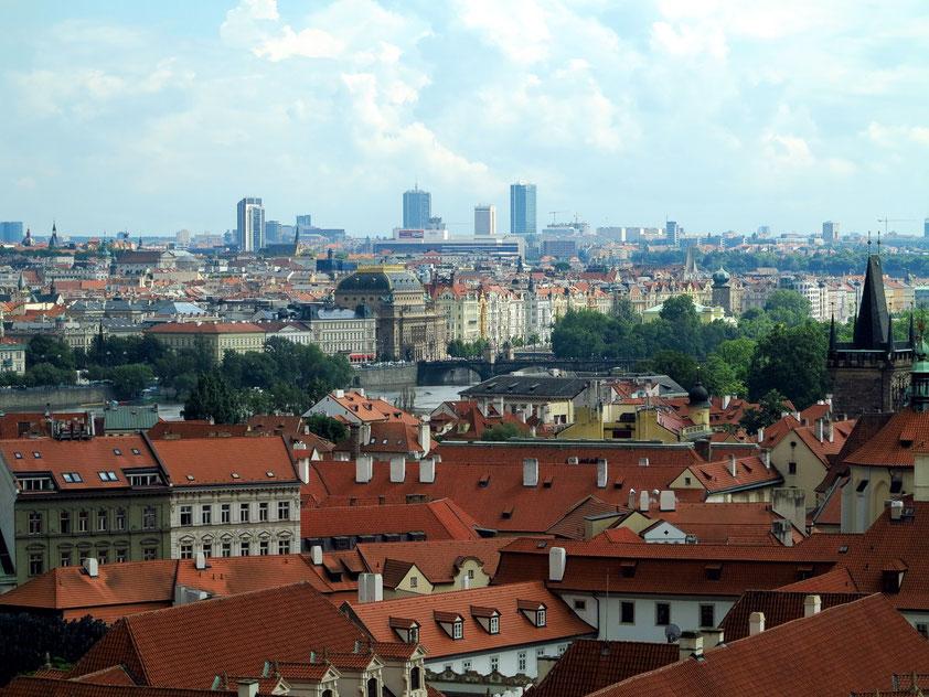 Blick von der Prager Burg nach SSO zum Nationaltheater an der Moldau