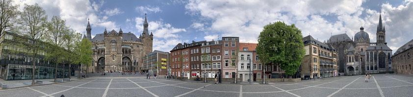 Aachen, Katschof. Blick nach Norden zum Rathaus und nach Süden zum Dom (Panoramaaufnahme am 1.5.2021 von Christoph Schäfer)