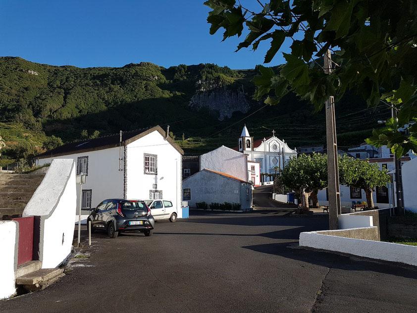 Flores, Blick von der Bar in Fajãzinha auf den Ortskern mit der Kirche Nossa Senhora dos Remédios
