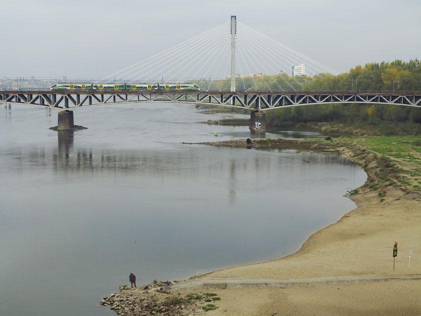 Blick von der Brücke der Aleje Jerozolimskie zur Eisenbahnbrücke, dahinter die Świętokrzyski-Schrägseilbrücke von 2000