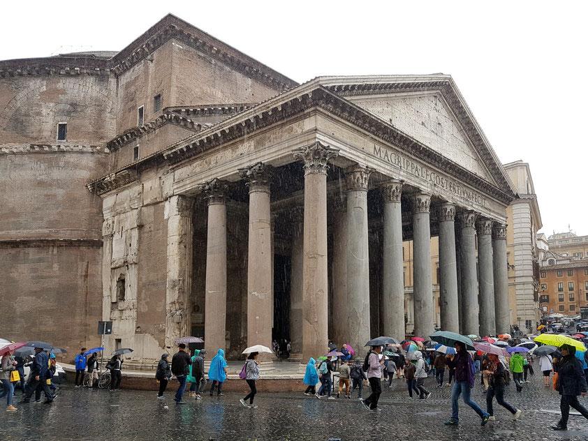 Pantheon, ein zur Kirche (Santa Maria ad Martyres) umgeweihtes antikes Bauwerk, unter Kaiser Hadrian zwischen 125 n. Chr. und 128 n. Chr. fertiggestellt