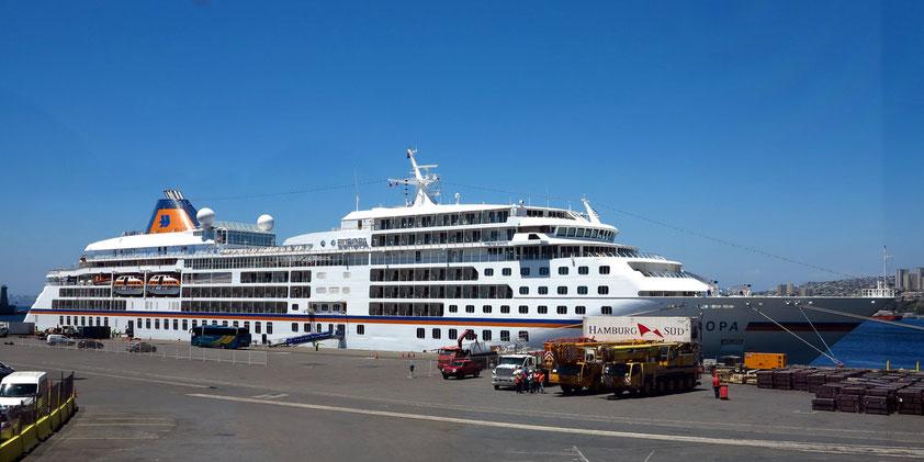 Hapag-Lloyd Kreuzfahrtschiff MS EUROPA, ein Schiff der Luxusklasse, im Hafen von Valparaíso