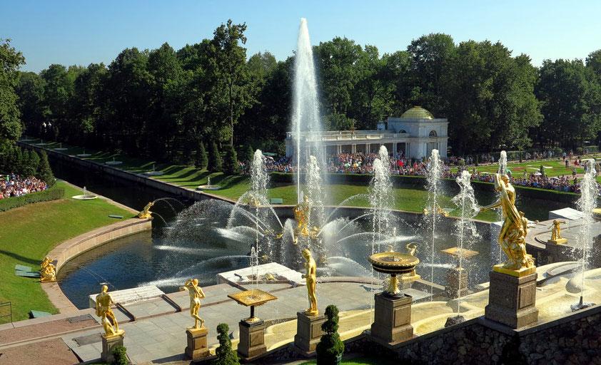 Blick vom Palast auf den Unteren Garten, der von der Goldenen Kaskade und dem Kanal zur Ostsee dominiert wird.