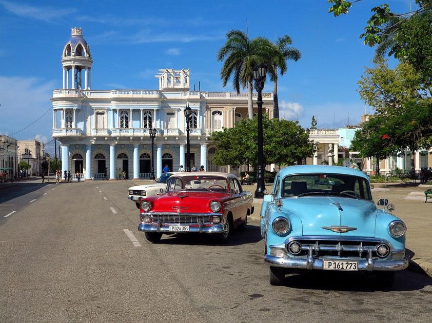 Cienfuegos, Plaza de Armas (UNESCO-Weltkulturerbe) mit repräsentativen Gebäuden (Palacio Ferrer) und Oldtimern
