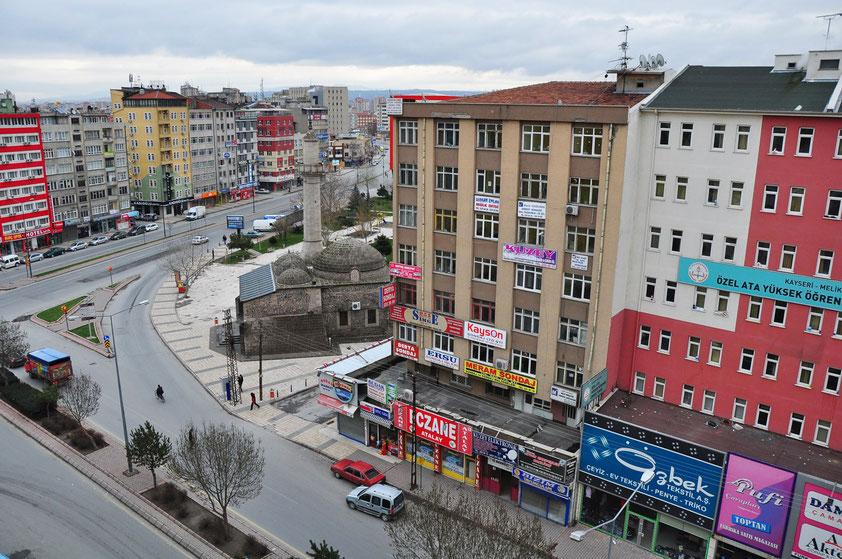Kayseri, Blick aus dem Hotel Grand Eras (2020 geschlossen) auf die Moschee Hatıroğlu Camii
