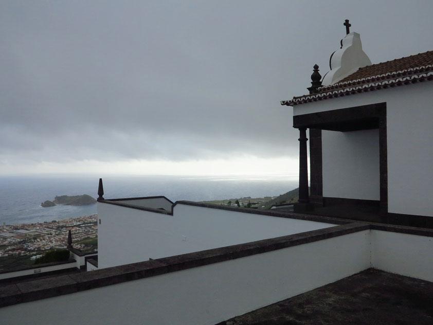 Blick von der Kapelle Ermida de Nossa Senhora da Paz zur Küste mit der Stadt Vila Franca do Campo