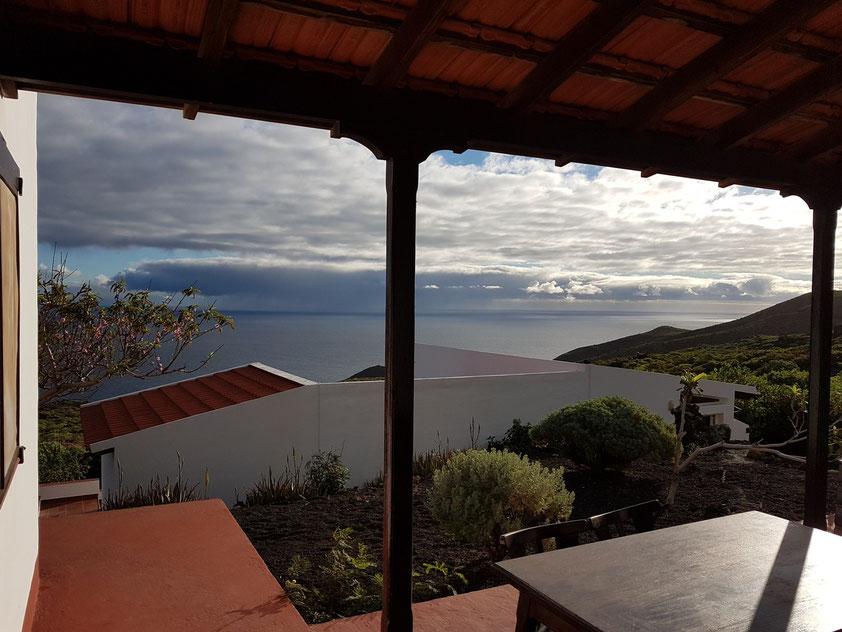 Blick von der Terrasse des Ferienhauses El Lucero zum Ferienhaus El Lucerito. Am Horizont hinter der Wolkenwand die Nachbarinsel La Gomera