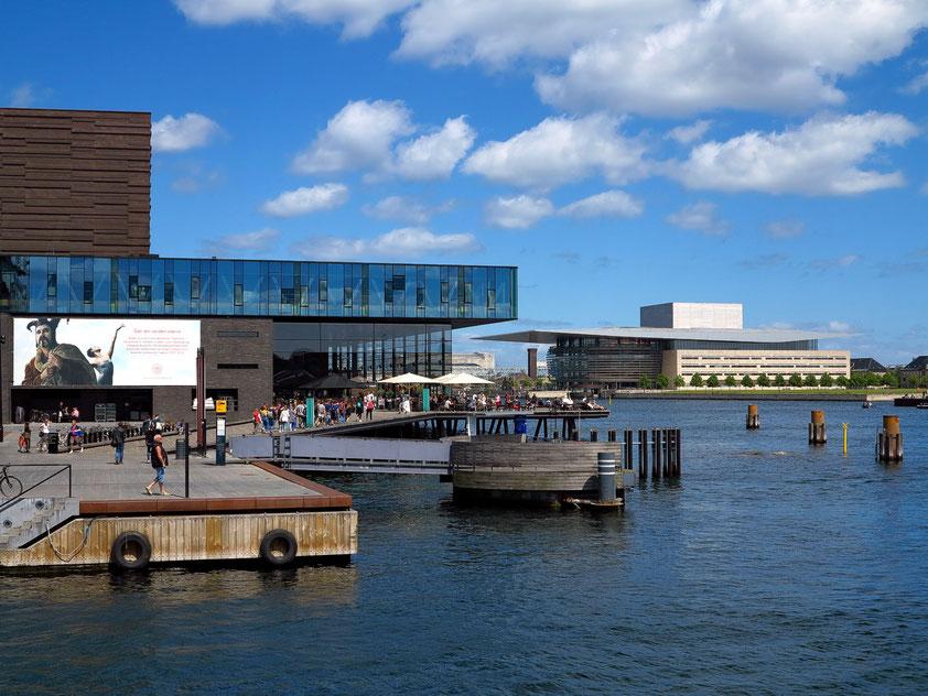 Kopenhagen. Das neue Schauspielhaus (Skuespilhuset)(links) und das neue Königliche Theater (Operaen)