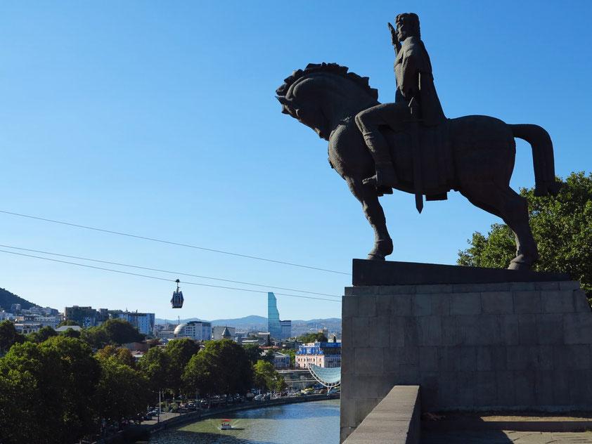 Reiterstandbild von König Vakhtang Gorgasali, dem Gründer von Tbilisi, mit Blick auf den Fluss Kura