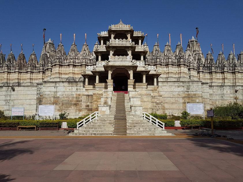 Adinatha-Tempel in Ranakpur, größte und am üppigsten ausgeschmückte Tempelanlage der Jainas in Indien, 15. Jahrhundert. Aufgang und Portikus