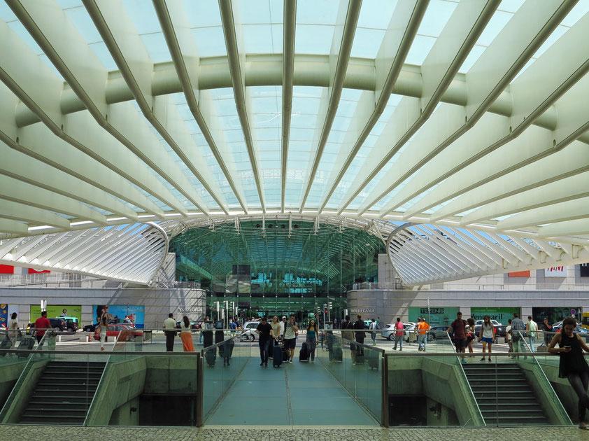 Zugang vom Bahnhof Oriente zum Centro Comercial Vasco da Gama. Die moderne Shoppingmall in avantgardistischem Design und viel natürlichem Licht liegt direkt am Parque das Nações, dem ehemaligen Expogelände.