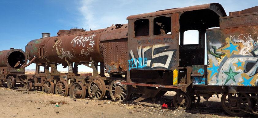Am Rande des Salar liegt südlich von Uyuni ein Eisenbahnfriedhof mit zum Teil über hundert Jahre alten Zügen.