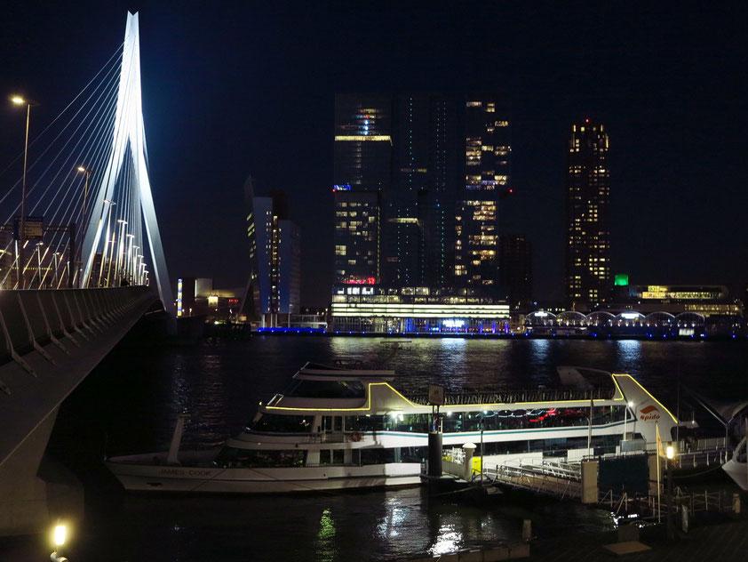 Das moderne Rotterdam bei Nacht: Erasmusbrücke, KPN-Tower und De Rotterdam