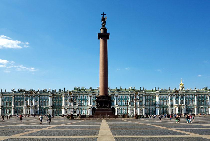 Barocker Winterpalast der russischen Zaren, Hauptwerk von Bartolomeo Francesco Rastrelli  (errichtet 1754 bis 1762). Im Zentrum des Platzes steht die Alexandersäule (1830–1834) aus rotem Granit. Sie ist mit 47,5 Meter die höchste ihrer Art auf der Welt.