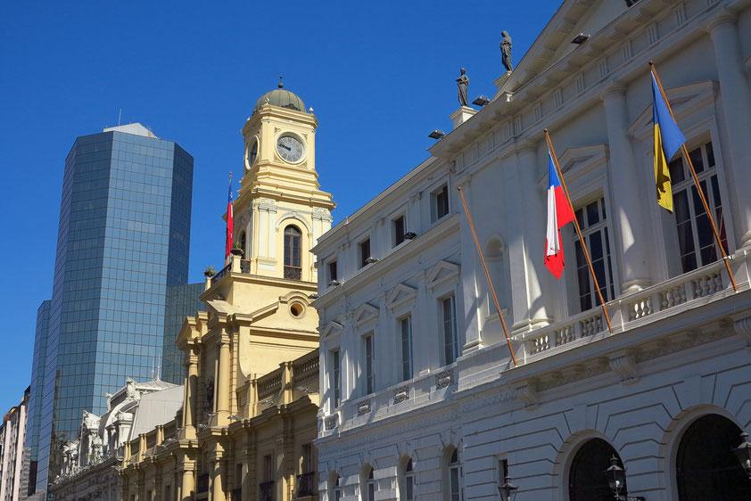 Gebäude an der Plaza de Armas sind die 1882 fertiggestellte pastellfarbene Hauptpost (Correo Central) und der zwischen 1804 und 1807 erbaute Palacio de la Real Audiencia