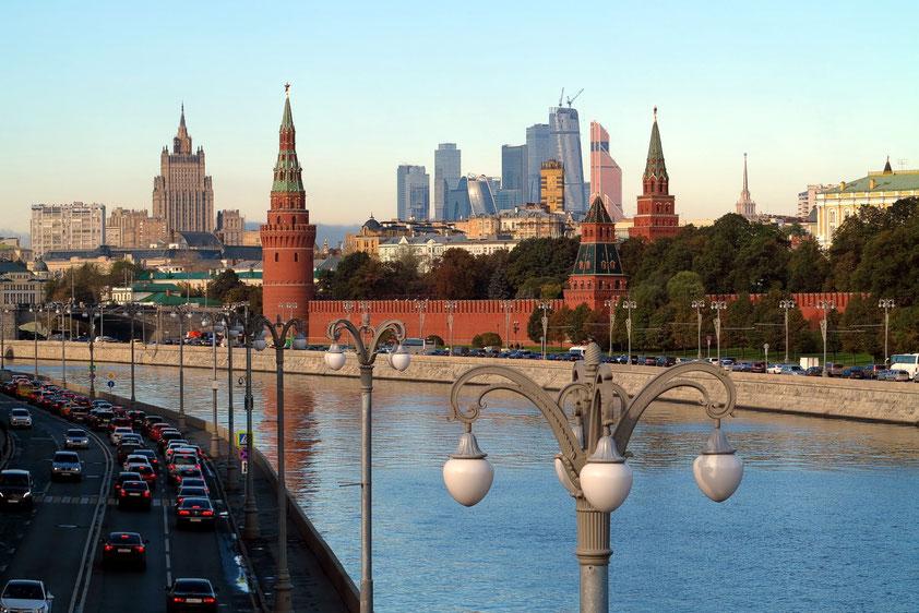 Blick von der Großen Moskwa-Brücke auf die Moskwa und den Kreml, im Hintergrund die Wolkenkratzer der neuen Moscow City