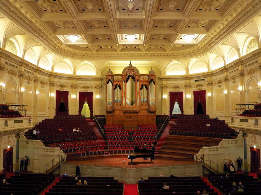 """Das Concertgebouw (Großer Saal mit 1962 Sitzplätzen) gilt wegen seiner sehr guten Akustik (""""Schuhschachtel-Prinzip"""") als wichtigste Spielstätte für klassische Musik in den Niederlanden und eine der besten weltweit."""