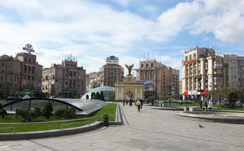 Nördlicher Majdan. Die halbovale Nordseite wird umrahmt von sieben Gebäuden im Stalin-Stil des sowjetischen Realismus. Unterirdische Geschäftspassagen