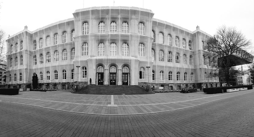 Rheinisch-Westfälische Technische Hochschule Aachen (RWTH Aachen), Hauptgebäude am Templergraben 55. Die Netzeinfassung der Fassade erinnert an eine künstlerische Verhüllung und wirkt sehr repräsentativ. (Panoramaaufnahme vom 19.04.2021)