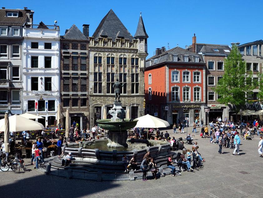 Aachen, Historischer Marktplatz mit Karlsbrunnen und Haus Löwenstein, gotisches Bauwerk von 1344