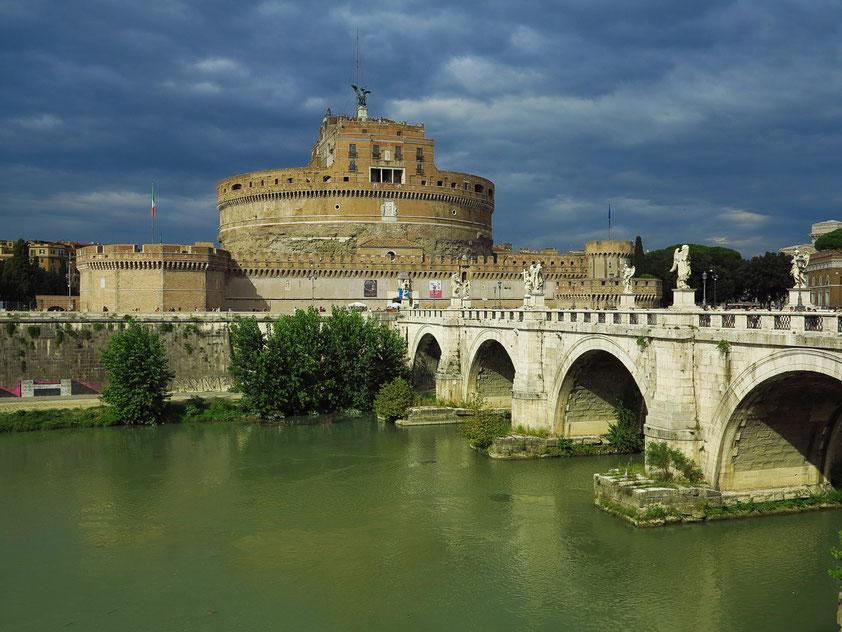 Engelsburg (Castel Sant'Angelo) mit der Aeliusbrücke (Ponte Sant'Angelo) über den Tiber