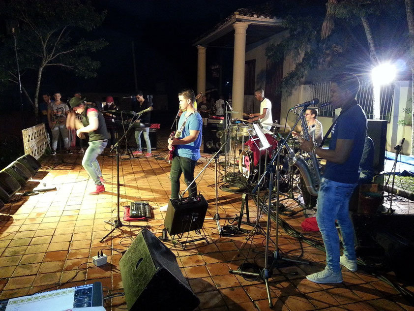 Abendliches Konzert vor der Casa de la Cultural in Viñales, mit temperamentvollen Tanzeinlagen