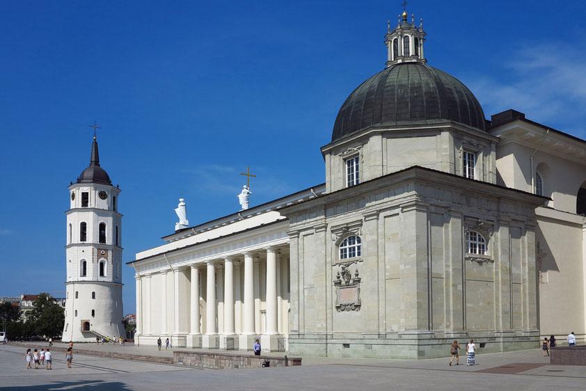 """St.-Stanislaus-Kathedrale, 1783-1801 """"Die Kirche sieht aus wie ein griechischer Tempel oder ein polnisches Stadttheater. Weichselantike."""" (Alfred Döblin: """"Reise in Polen"""", 1926)"""