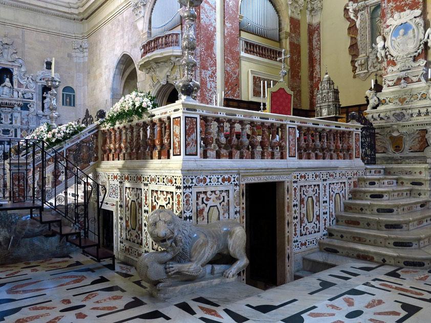 Vier steinerne Löwen flankieren die Treppe und die Ecken der Presbyteriumstribüne in der Vierung.