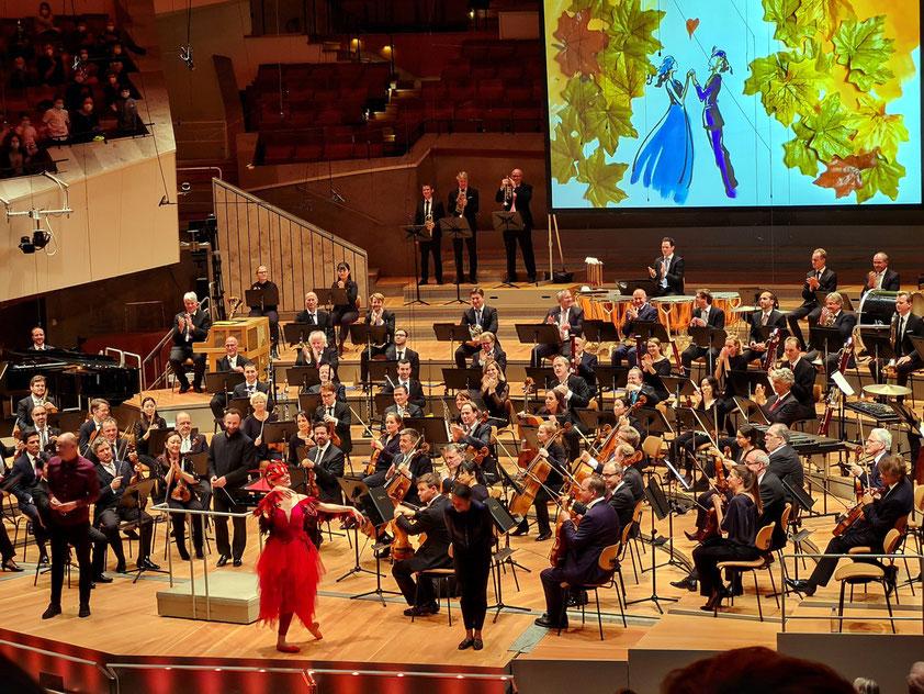 Applaus für (v. l. n. r.): Reinhard Kleist (Live-Zeichnungen), Kirill Petrenko (Dirigent), Sara Ezzell (Tanz und Choreografie) und Boussa Thiam (Moderation)