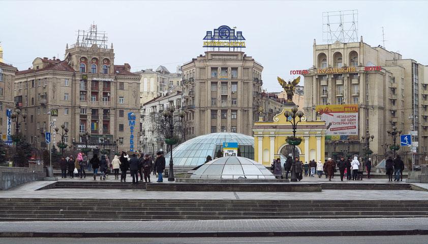Die halbovale Nordseite des Majdan-Platzes wird umrahmt von Gebäuden im Stalin-Stil des sowjetischen Realismus. Unter dem Platz befinden sich zahlreiche Geschäfte.