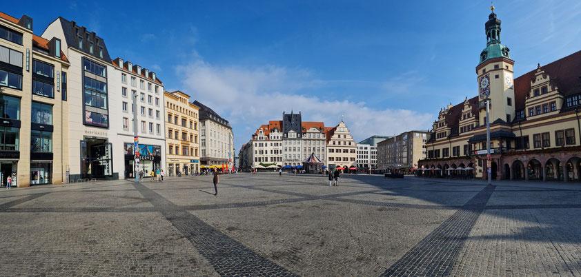 Leipzig, Marktplatz mit Altem Rathaus (Stadtgeschichtliches Museum) (rechts), und Einkaufszentrum Marktgalerie (links)