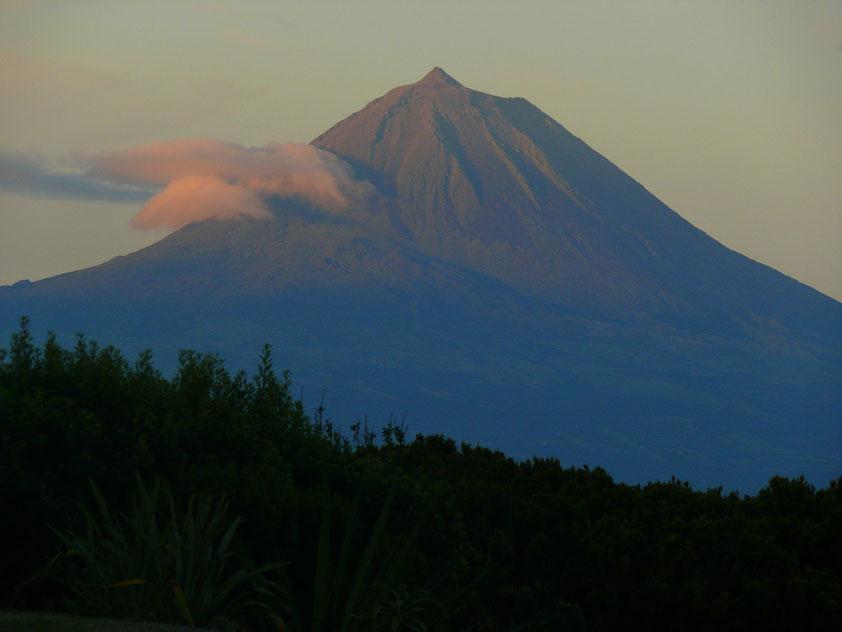 Sonnenaufgang am Vulkan Pico, Blick von São Jorge