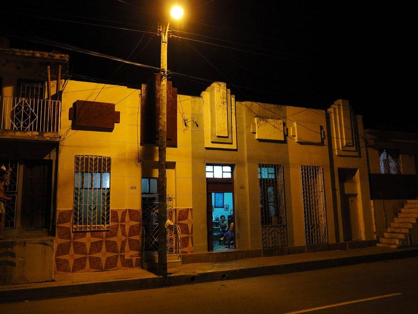 In einer Nebenstraße in Cienfuegos. Einheimische winken uns heran zum Besuch ihrer Wohnung.